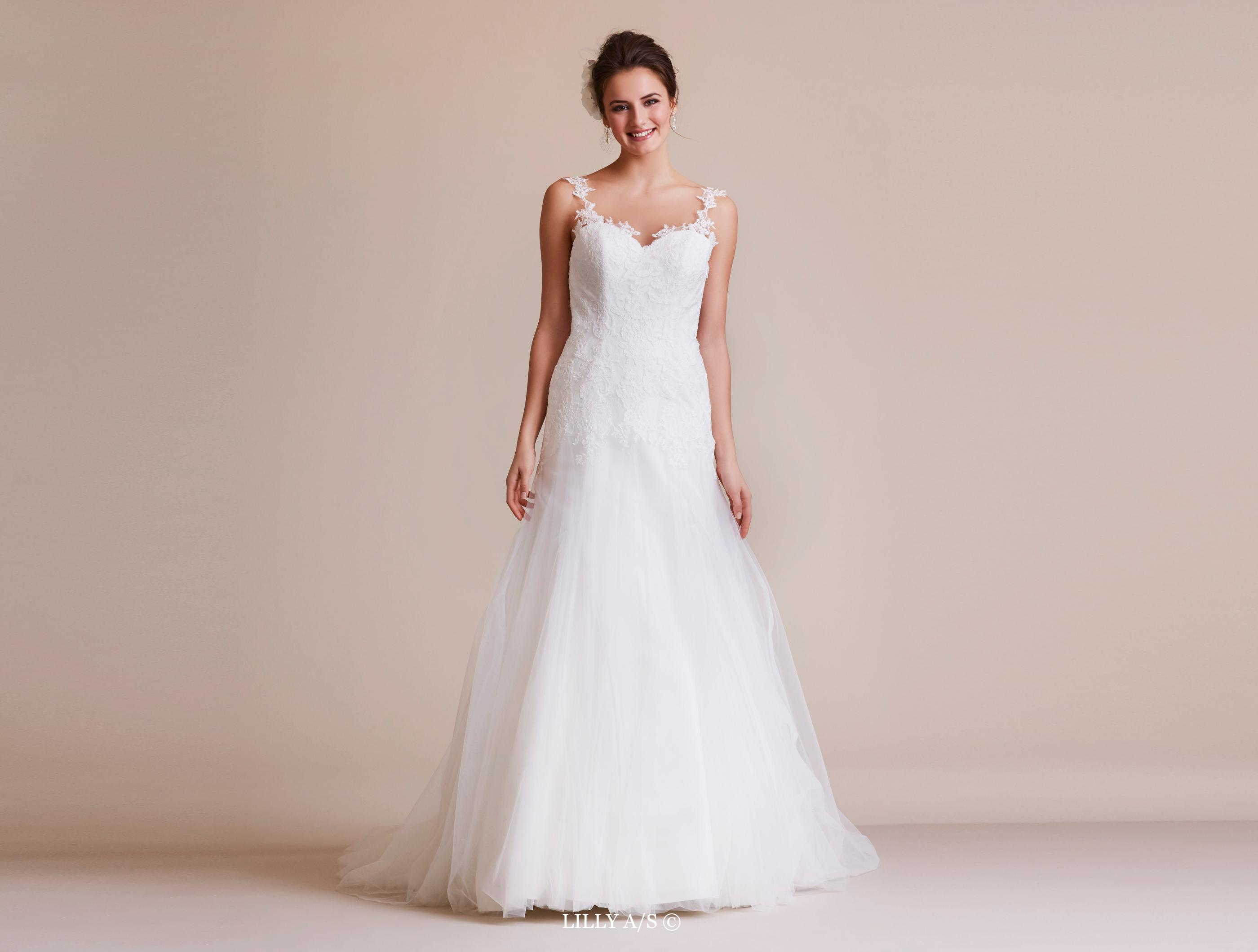 313837722cf Figurnær brudekjole med blonde